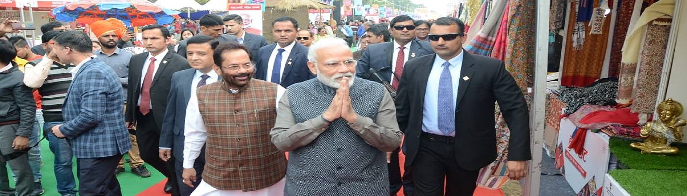 Prime Minister Shri Narendra Modi Ji made a surprise visit today at Hunar Haat organised by Minority Affairs Ministry at India Gate Lawns, Rajpath and interacted with master artisans, craftsmen and culinary experts and encouraged them.