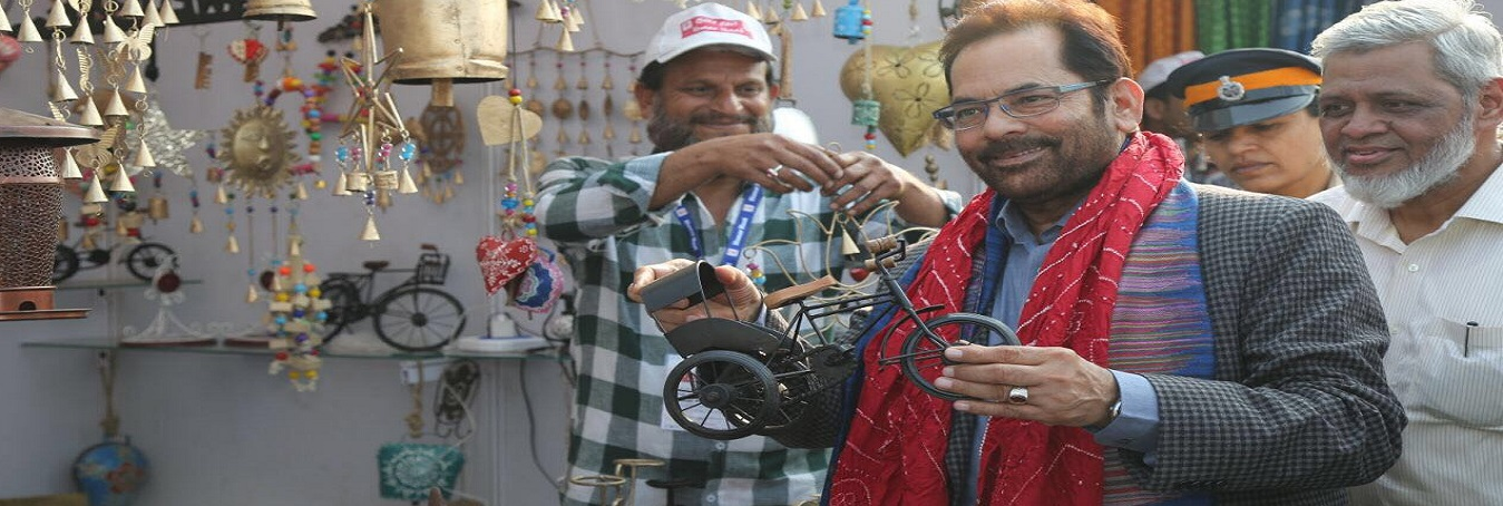 The Union Minister for Minority Affairs, Shri Mukhtar Abbas Naqvi visiting the Stalls, at Hunar Haat, at Islam Gymkhana Marine Lines, in Mumbai on January 08, 2018.