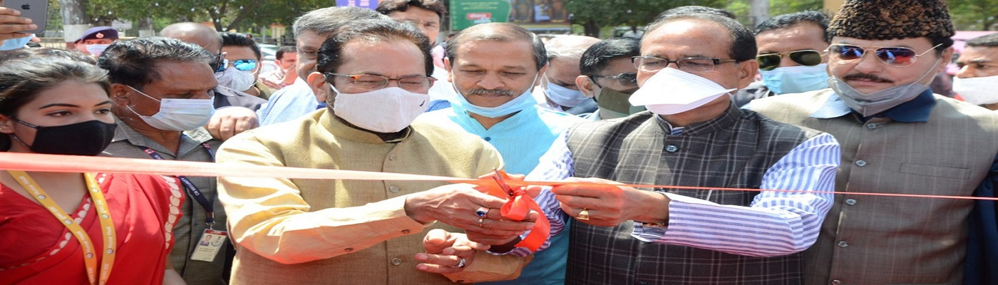 The Union Minister for Minority Affairs, Shri Mukhtar Abbas Naqvi and the Chief Minister of Madhya Pradesh, Shri Shivraj Singh Chouhan inaugurating the 27th Hunar Haat, at Lal Parade Ground, in Bhopal, Madhya Pradesh on March 13, 2021.